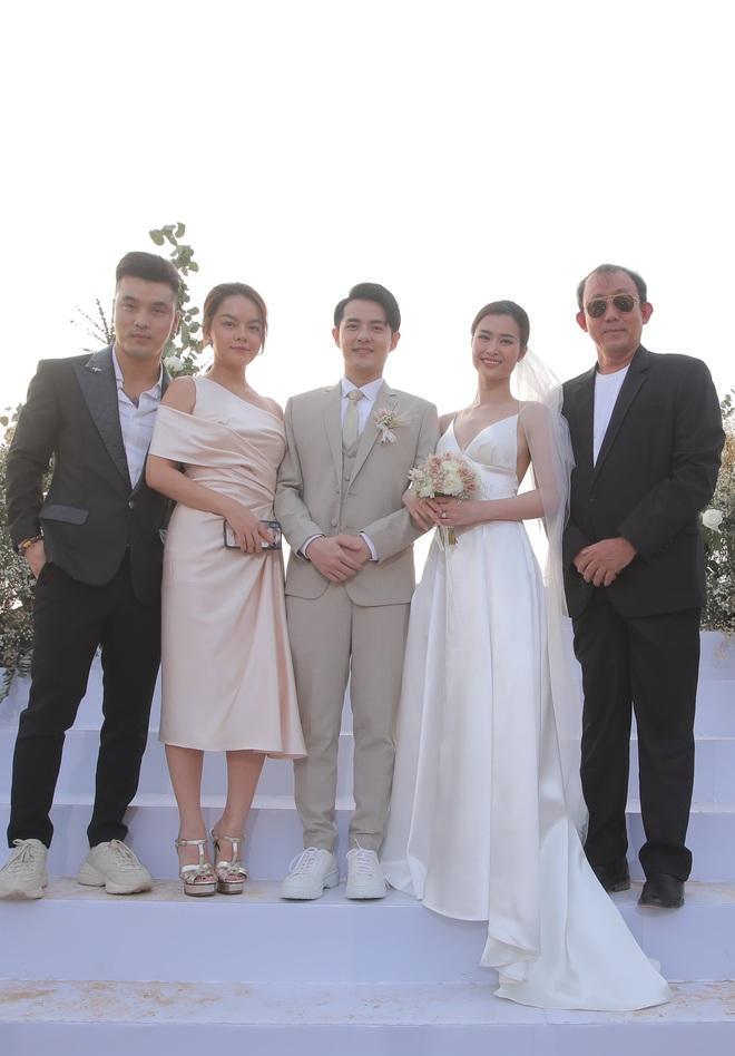 Nhìn lại dàn khách mời cực đỉnh trong siêu đám cưới Đông Nhi: Nhã Phương - Hari Won nền nã, hội mỹ nhân ai cũng cực xinh - ảnh 15