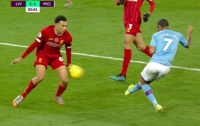 HLV Man City trợn mắt, trút cơn thịnh nộ vào trọng tài khi cầu thủ Liverpool để bóng chạm tay rõ ràng mà không bị phạt đền - ảnh 1