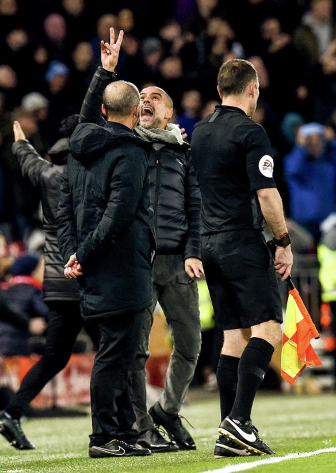 HLV Man City trợn mắt, trút cơn thịnh nộ vào trọng tài khi cầu thủ Liverpool để bóng chạm tay rõ ràng mà không bị phạt đền - ảnh 6