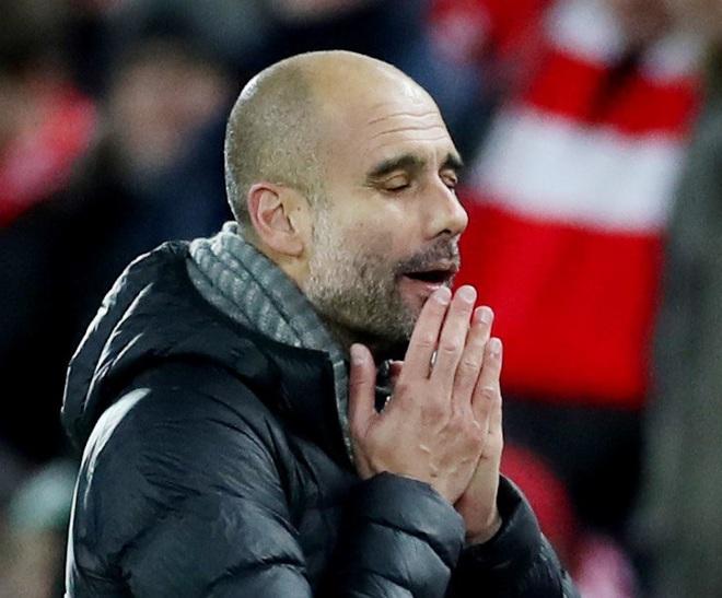 HLV Man City trợn mắt, trút cơn thịnh nộ vào trọng tài khi cầu thủ Liverpool để bóng chạm tay rõ ràng mà không bị phạt đền - ảnh 7