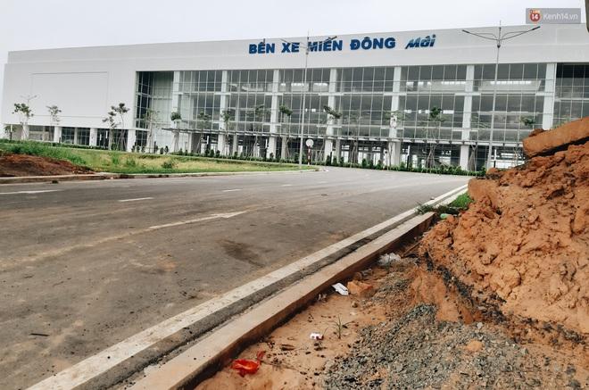 Bến xe Miền Đông mới trị giá 4.000 tỉ đồng đã hoàn thành nhưng vẫn án binh bất động, cỏ dại phủ kín xung quanh - ảnh 3