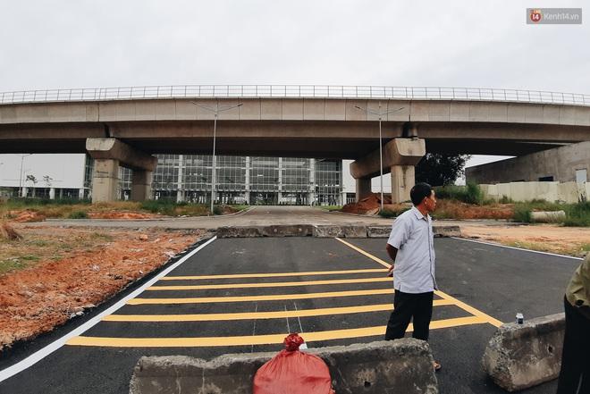 Bến xe Miền Đông mới trị giá 4.000 tỉ đồng đã hoàn thành nhưng vẫn án binh bất động, cỏ dại phủ kín xung quanh - ảnh 4