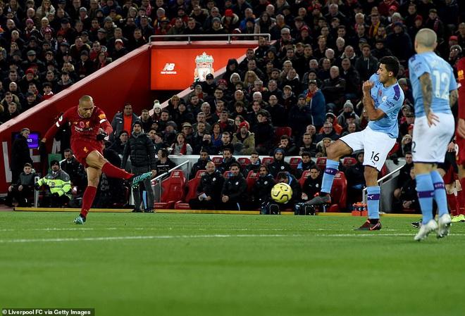 HLV Man City trợn mắt, trút cơn thịnh nộ vào trọng tài khi cầu thủ Liverpool để bóng chạm tay rõ ràng mà không bị phạt đền - ảnh 8