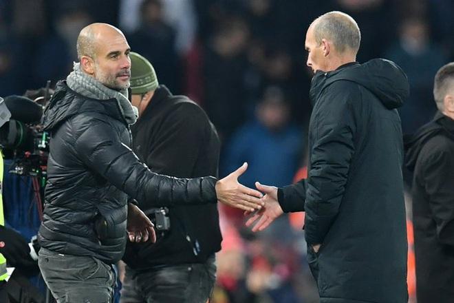 HLV Man City trợn mắt, trút cơn thịnh nộ vào trọng tài khi cầu thủ Liverpool để bóng chạm tay rõ ràng mà không bị phạt đền - ảnh 9
