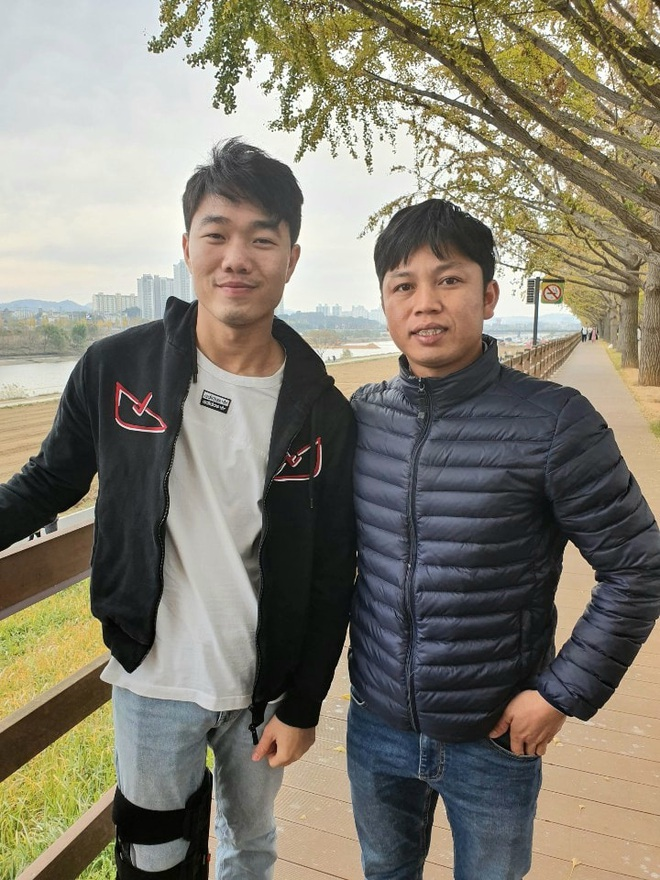 Bắt gặp Xuân Trường chống nạng đi dạo trên con đường mùa thu đẹp nhất Hàn Quốc - ảnh 1