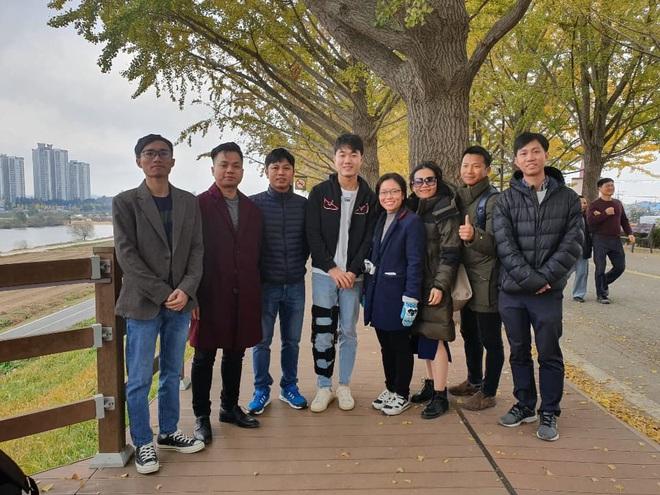 Bắt gặp Xuân Trường chống nạng đi dạo trên con đường mùa thu đẹp nhất Hàn Quốc - ảnh 2