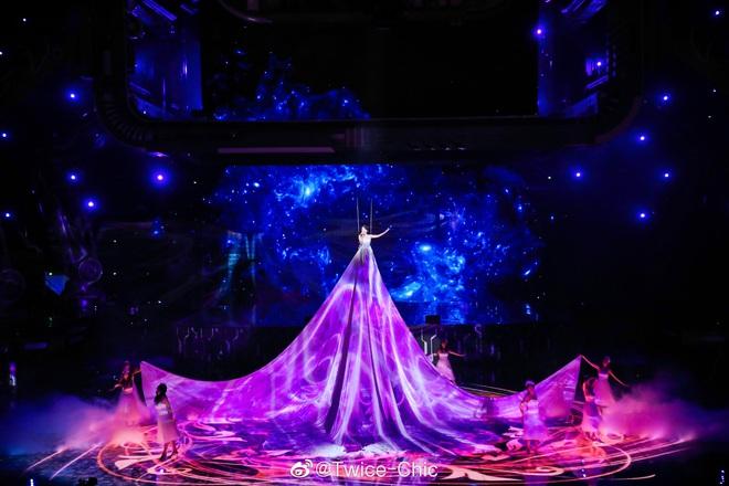 Màn xuất hiện hoành tráng nhất sóng truyền hình: Tần Lam gây sốt với chiếc váy siêu ảo diệu phá đảo cả Weibo - ảnh 9