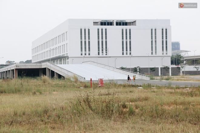 Bến xe Miền Đông mới trị giá 4.000 tỉ đồng đã hoàn thành nhưng vẫn án binh bất động, cỏ dại phủ kín xung quanh - ảnh 11