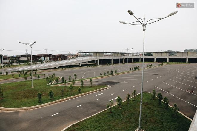 Bến xe Miền Đông mới trị giá 4.000 tỉ đồng đã hoàn thành nhưng vẫn án binh bất động, cỏ dại phủ kín xung quanh - ảnh 18