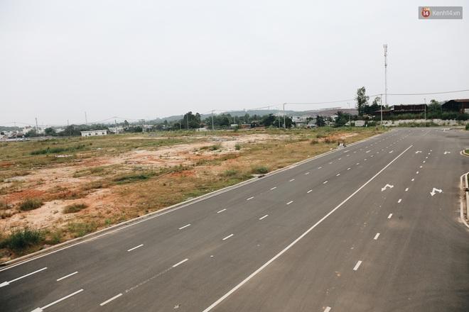 Bến xe Miền Đông mới trị giá 4.000 tỉ đồng đã hoàn thành nhưng vẫn án binh bất động, cỏ dại phủ kín xung quanh - ảnh 17