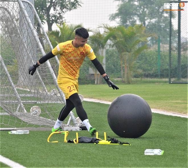 Bùi Tiến Dũng đánh đầu bằng bóng siêu to khổng lồ, nhóm thủ môn U22 Việt Nam thích thú với dụng cụ tập lạ - Ảnh 6.
