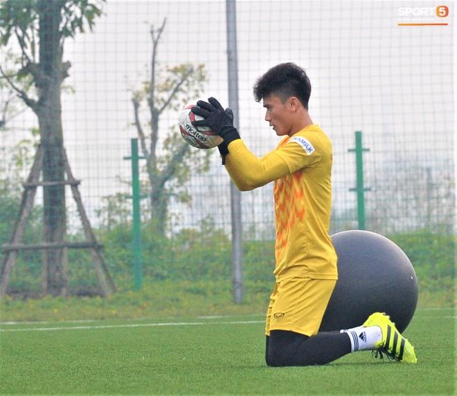 Bùi Tiến Dũng đánh đầu bằng bóng siêu to khổng lồ, nhóm thủ môn U22 Việt Nam thích thú với dụng cụ tập lạ - Ảnh 13.