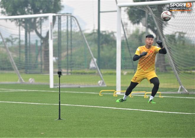 Bùi Tiến Dũng đánh đầu bằng bóng siêu to khổng lồ, nhóm thủ môn U22 Việt Nam thích thú với dụng cụ tập lạ - Ảnh 8.