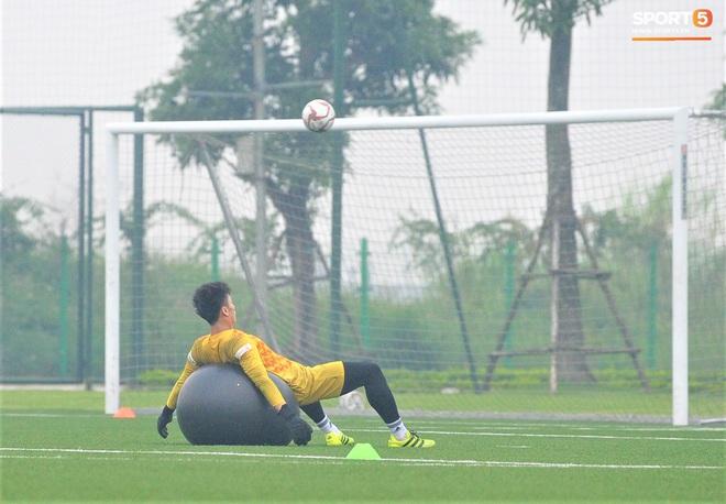 Bùi Tiến Dũng đánh đầu bằng bóng siêu to khổng lồ, nhóm thủ môn U22 Việt Nam thích thú với dụng cụ tập lạ - Ảnh 7.