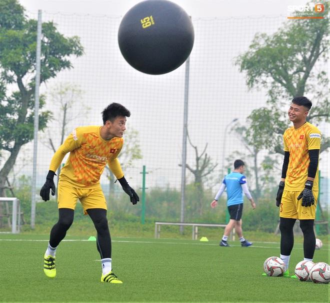 Bùi Tiến Dũng đánh đầu bằng bóng siêu to khổng lồ, nhóm thủ môn U22 Việt Nam thích thú với dụng cụ tập lạ - Ảnh 3.