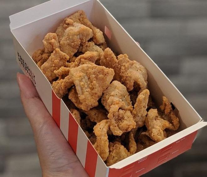 Món da gà tẩm bột chiên mở bán ở KFC Singapore khiến dân tình sôi sục, bao giờ mới đến Việt Nam đây? - Ảnh 1.