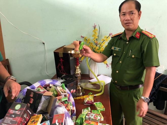 Công an bắt giữ 1.330 hộp shisha được người phụ nữ nhập từ Trung Quốc về để bán Tết - Ảnh 2.