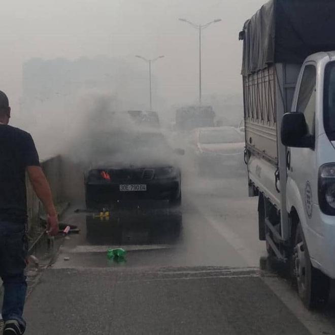Hà Nội: Ô tô Mercedes đang di chuyển thì bốc cháy dữ dội, tài xế may mắn kịp lao ra ngoài - ảnh 1