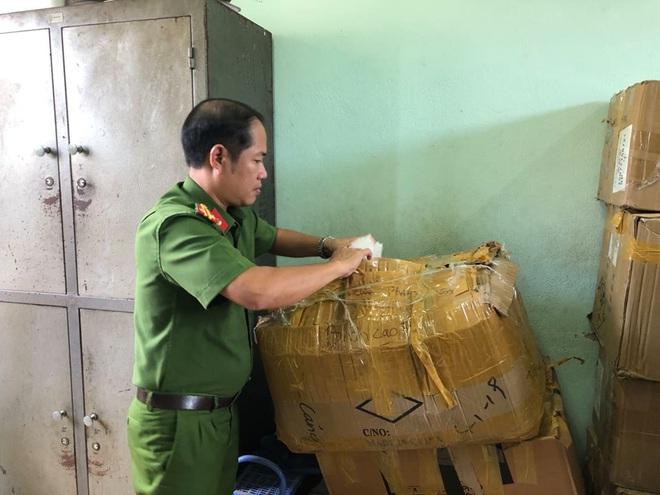 Công an bắt giữ 1.330 hộp shisha được người phụ nữ nhập từ Trung Quốc về để bán Tết - Ảnh 4.