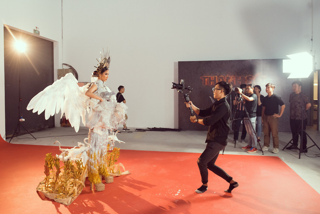 """Hoàng Thùy chật vật mặc trang phục """"cà phê phin"""" chuẩn bị cho Miss Universe - Ảnh 3."""