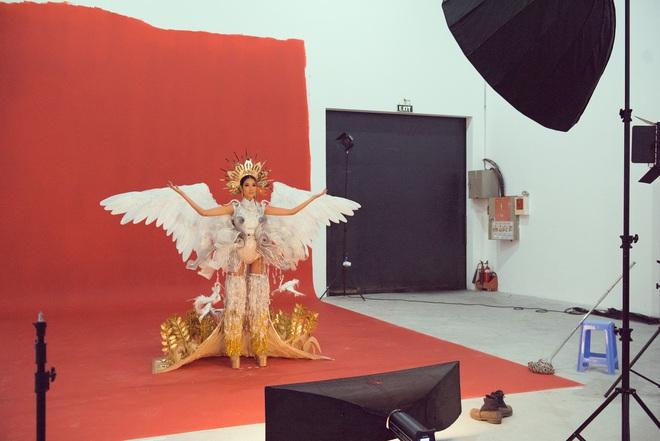 """Hoàng Thùy chật vật mặc trang phục """"cà phê phin"""" chuẩn bị cho Miss Universe - Ảnh 2."""