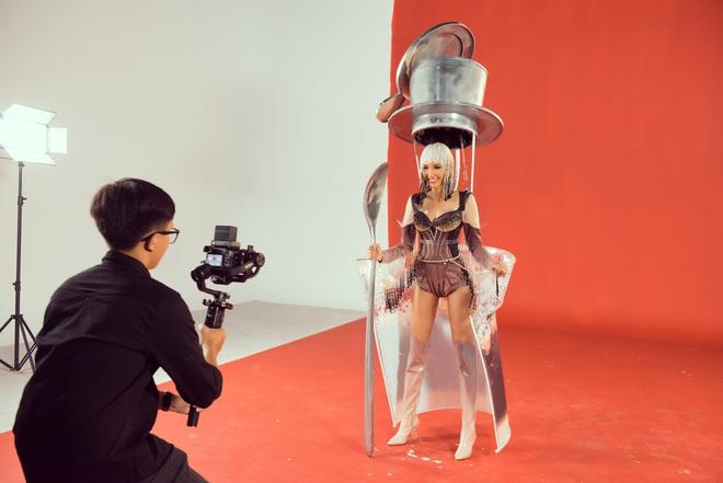 """Hoàng Thùy chật vật mặc trang phục """"cà phê phin"""" chuẩn bị cho Miss Universe - Ảnh 4."""