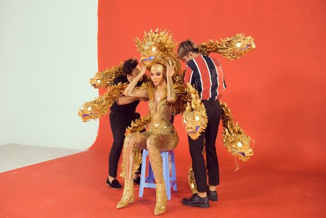 """Hoàng Thùy chật vật mặc trang phục """"cà phê phin"""" chuẩn bị cho Miss Universe - Ảnh 8."""