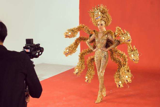 """Hoàng Thùy chật vật mặc trang phục """"cà phê phin"""" chuẩn bị cho Miss Universe - Ảnh 6."""