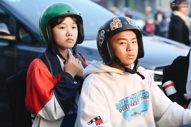 Chùm ảnh: Sài Gòn bất chợt se lạnh như trời Đà Lạt, người dân thích thú mặc áo ấm và choàng khăn ra đường - ảnh 18