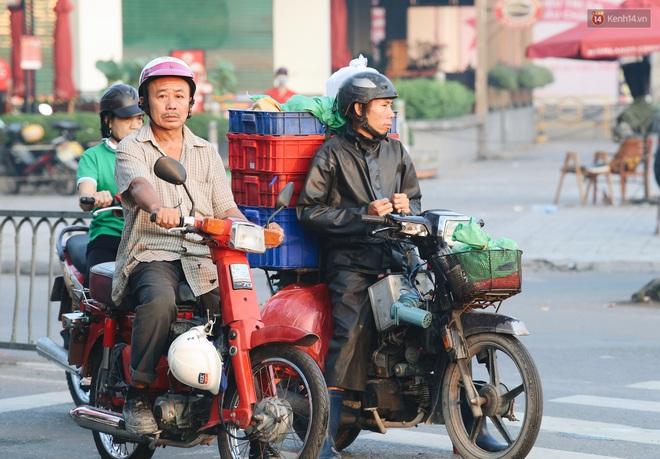 Chùm ảnh: Sài Gòn bất chợt se lạnh như trời Đà Lạt, người dân thích thú mặc áo ấm và choàng khăn ra đường - ảnh 19