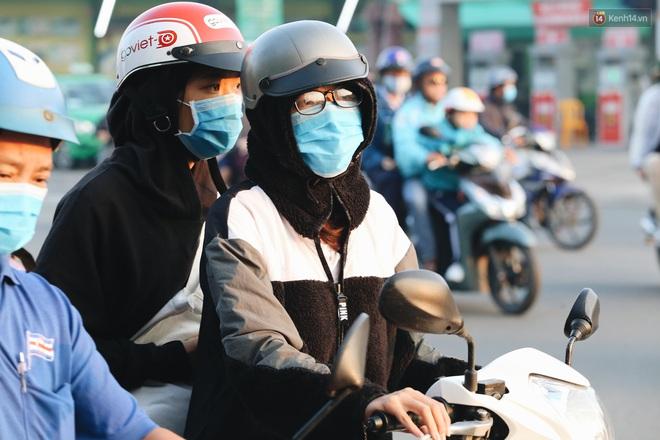Chùm ảnh: Sài Gòn bất chợt se lạnh như trời Đà Lạt, người dân thích thú mặc áo ấm và choàng khăn ra đường - ảnh 17
