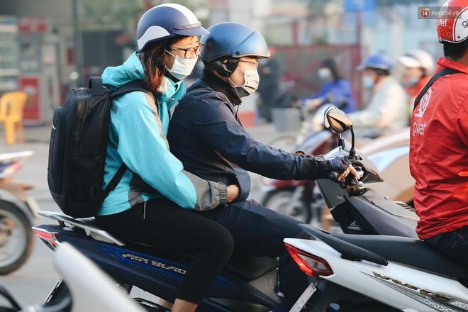 Chùm ảnh: Sài Gòn bất chợt se lạnh như trời Đà Lạt, người dân thích thú mặc áo ấm và choàng khăn ra đường - ảnh 16