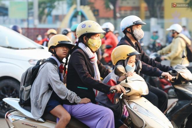 Chùm ảnh: Sài Gòn bất chợt se lạnh như trời Đà Lạt, người dân thích thú mặc áo ấm và choàng khăn ra đường - ảnh 13