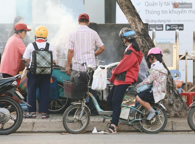 Chùm ảnh: Sài Gòn bất chợt se lạnh như trời Đà Lạt, người dân thích thú mặc áo ấm và choàng khăn ra đường - ảnh 20