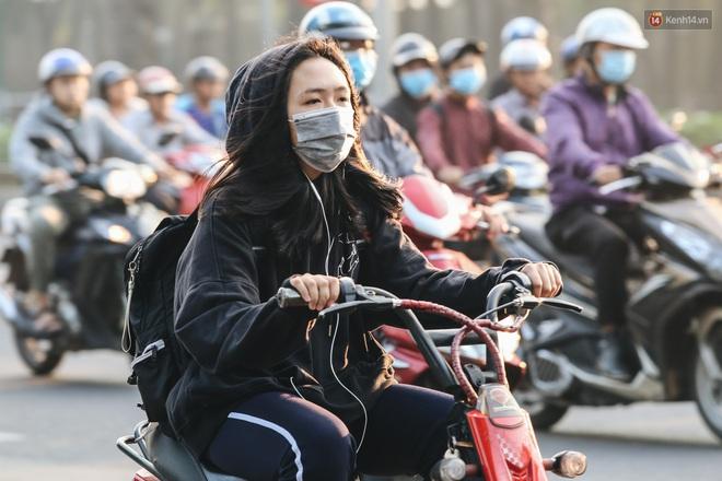 Chùm ảnh: Sài Gòn bất chợt se lạnh như trời Đà Lạt, người dân thích thú mặc áo ấm và choàng khăn ra đường - ảnh 15