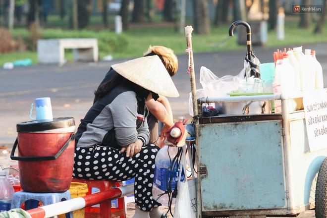 Chùm ảnh: Sài Gòn bất chợt se lạnh như trời Đà Lạt, người dân thích thú mặc áo ấm và choàng khăn ra đường - ảnh 9