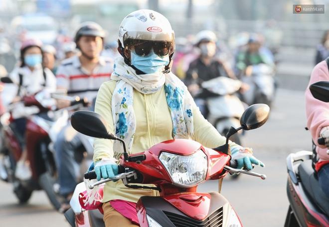 Chùm ảnh: Sài Gòn bất chợt se lạnh như trời Đà Lạt, người dân thích thú mặc áo ấm và choàng khăn ra đường - ảnh 11