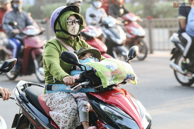 Chùm ảnh: Sài Gòn bất chợt se lạnh như trời Đà Lạt, người dân thích thú mặc áo ấm và choàng khăn ra đường - ảnh 14