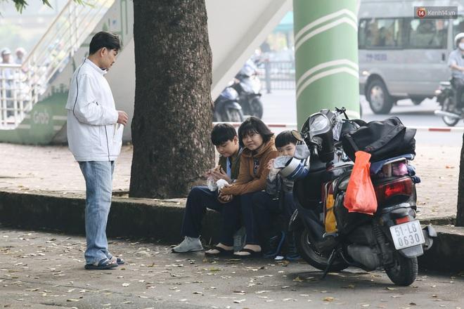 Chùm ảnh: Sài Gòn bất chợt se lạnh như trời Đà Lạt, người dân thích thú mặc áo ấm và choàng khăn ra đường - ảnh 7