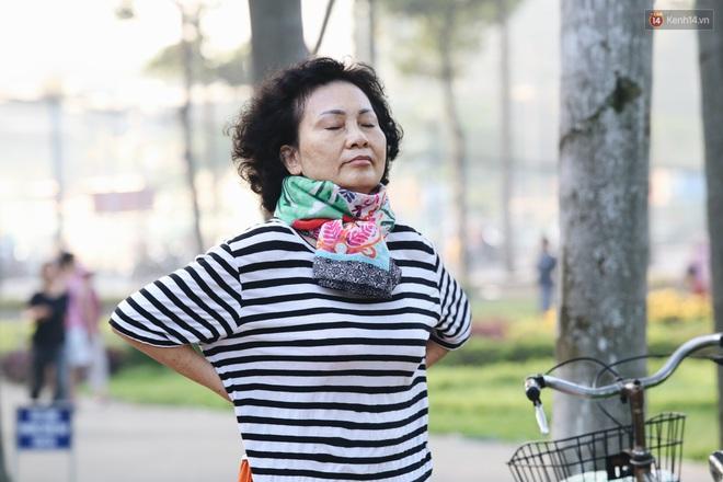 Chùm ảnh: Sài Gòn bất chợt se lạnh như trời Đà Lạt, người dân thích thú mặc áo ấm và choàng khăn ra đường - ảnh 6