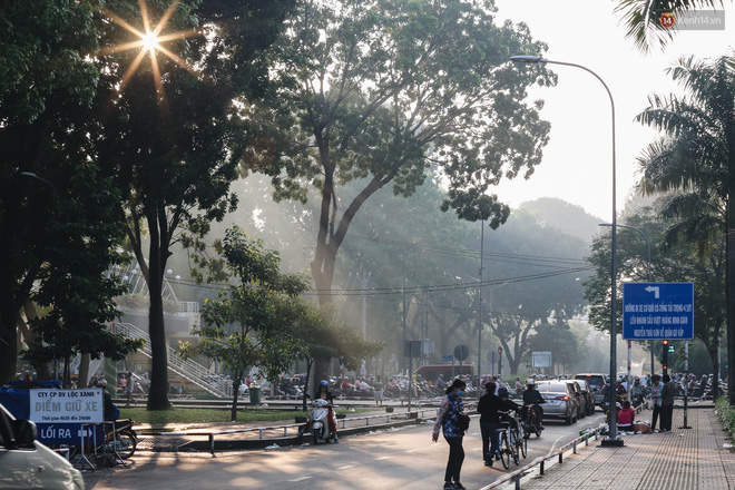 Chùm ảnh: Sài Gòn bất chợt se lạnh như trời Đà Lạt, người dân thích thú mặc áo ấm và choàng khăn ra đường - ảnh 21