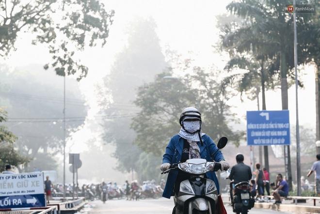 Chùm ảnh: Sài Gòn bất chợt se lạnh như trời Đà Lạt, người dân thích thú mặc áo ấm và choàng khăn ra đường - ảnh 10
