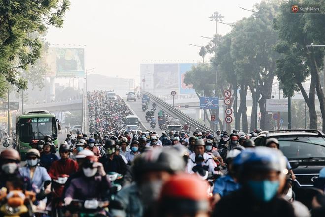 Chùm ảnh: Sài Gòn bất chợt se lạnh như trời Đà Lạt, người dân thích thú mặc áo ấm và choàng khăn ra đường - ảnh 3