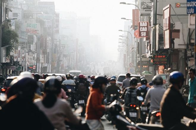 Chùm ảnh: Sài Gòn bất chợt se lạnh như trời Đà Lạt, người dân thích thú mặc áo ấm và choàng khăn ra đường - ảnh 2