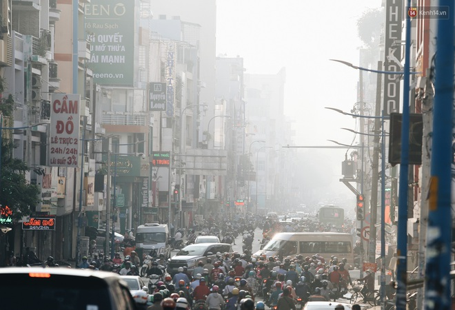 Chùm ảnh: Sài Gòn bất chợt se lạnh như trời Đà Lạt, người dân thích thú mặc áo ấm và choàng khăn ra đường - ảnh 1