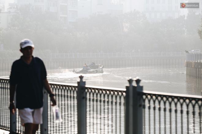 Chùm ảnh: Sài Gòn bất chợt se lạnh như trời Đà Lạt, người dân thích thú mặc áo ấm và choàng khăn ra đường - ảnh 4
