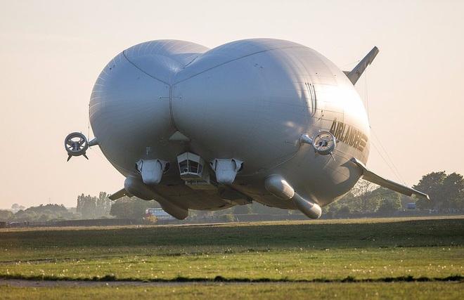 """Chiếc máy bay """"lừa tình"""" nhất thế giới: Bên ngoài như khinh khí cầu, bên trong đẹp hệt khách sạn 5 sao đưa khách du ngoạn Bắc Cực - Ảnh 2."""