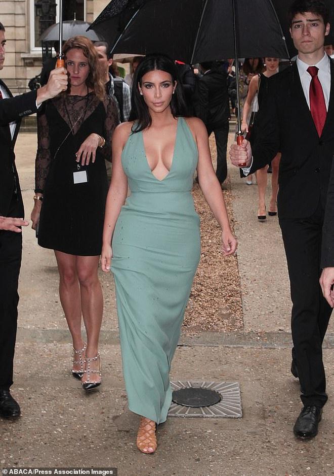 Tiết lộ bí quyết diện những bộ cánh hở bạo, Kim Kardashian khiến netizen choáng váng vì cảnh xôi thịt nhức mắt - ảnh 6