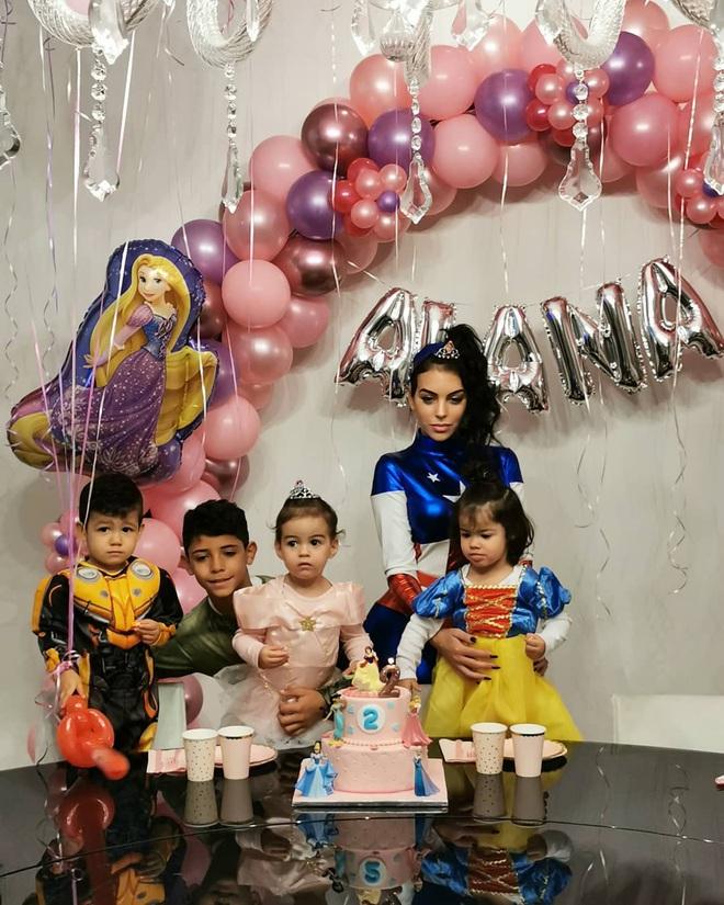 Ronaldo vắng nhà trong ngày sinh nhật con gái rượu, bạn gái Georgina hóa thân thành Đội trưởng Mỹ, một tay quán xuyến 4 nhóc tì - ảnh 1