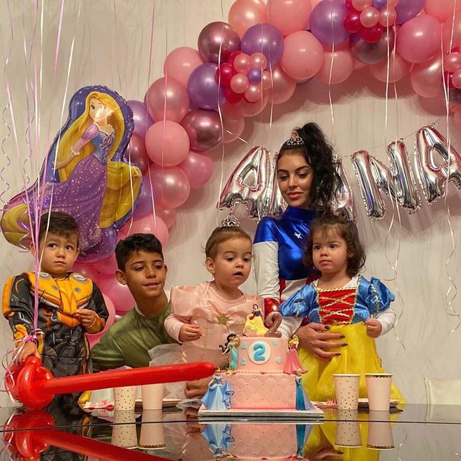 Ronaldo vắng nhà trong ngày sinh nhật con gái rượu, bạn gái Georgina hóa thân thành Đội trưởng Mỹ, một tay quán xuyến 4 nhóc tì - ảnh 2